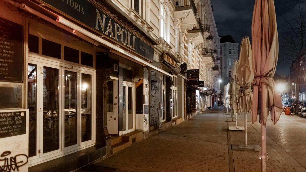 03.04.2021, Hamburg: Der Bürgersteig vor den Restaurants und Bars am Schulterblatt in Hamburgs Szenetreffpunkt Schanzenviertel ist bereits zu Beginn der Ausgangssperre menschenleer. In Hamburg gilt seit Karfreitag eine nächtliche Ausgangsbeschränkung
