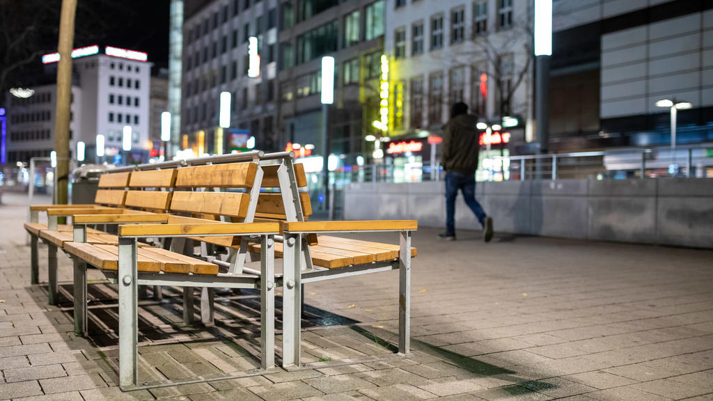01.04.2021, Niedersachsen, Hannover: Nahezu menschenleer zeigt sich die Innenstadt am Abend kurz vor Beginn der Ausgangsbeschränkungen zur Eindämmung der Corona-Pandemie. Wegen stark steigender Corona-Infektionszahlen verhängt die Region Hannover vom