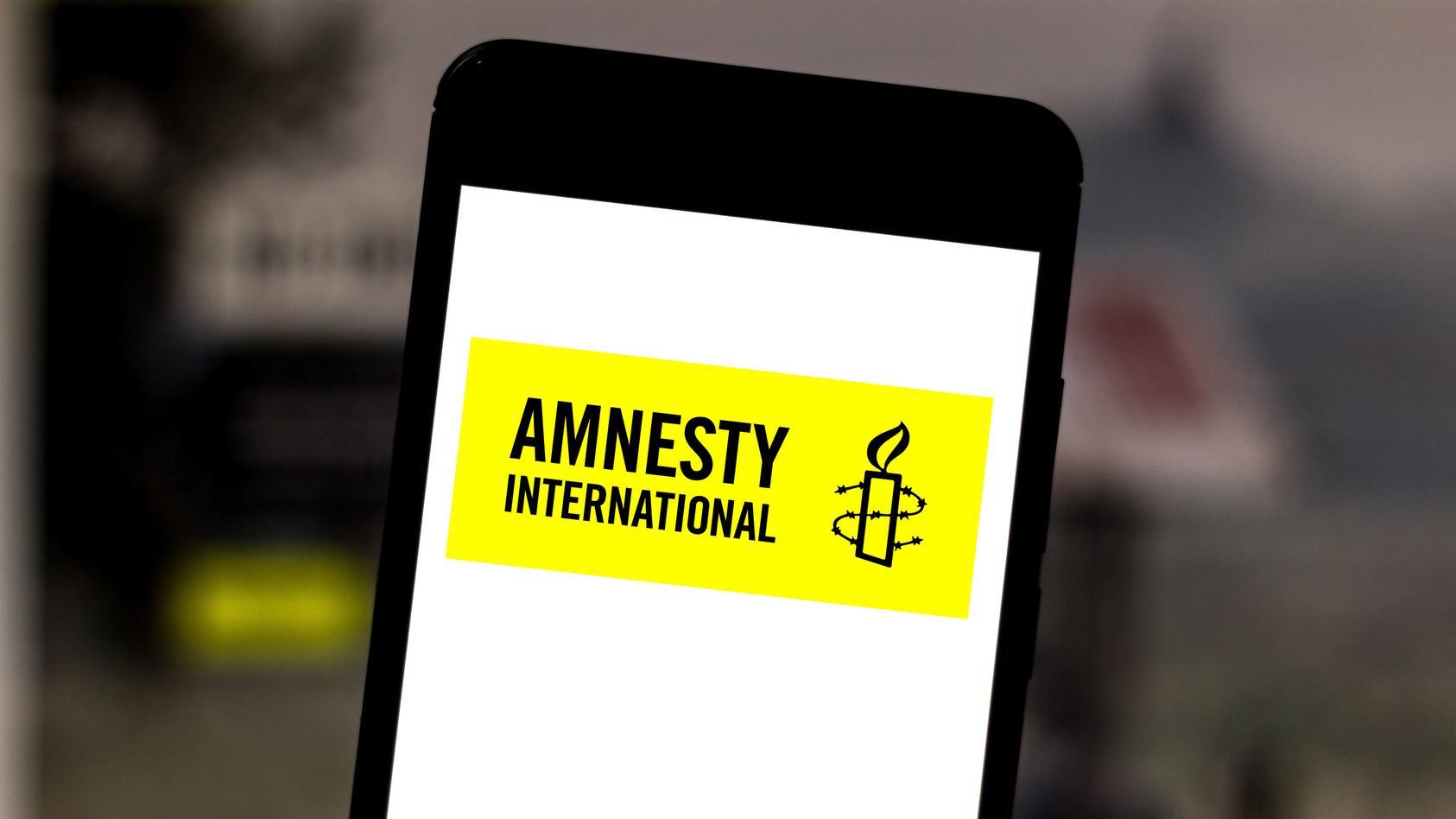 Logo der Organisation Amnesty International auf einem auf einem Smartphone.