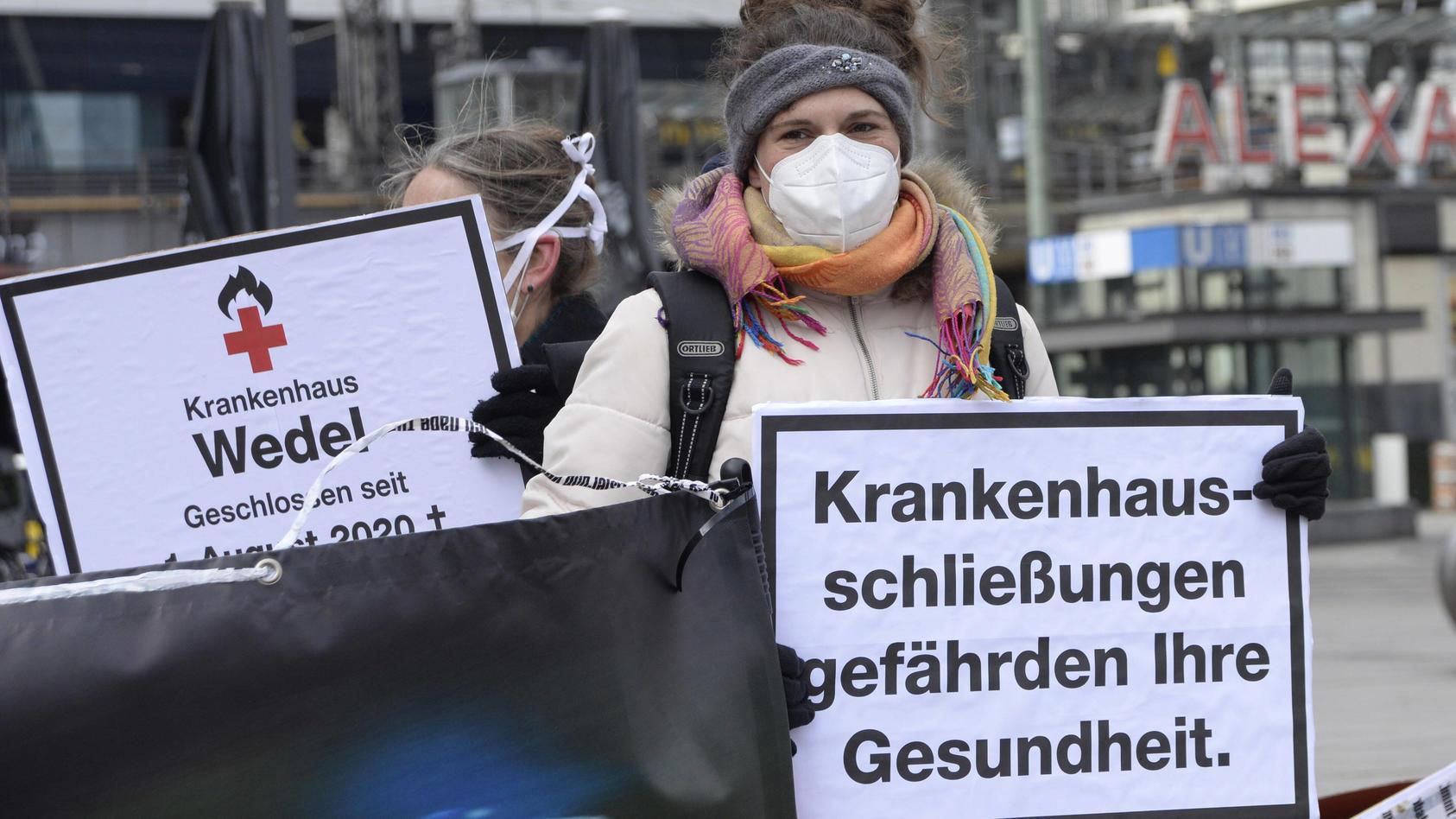 Das Bündnis Klinikrettung demonstriert auf dem Alexanderplatz gegen bundesweite Klinikschließungen.