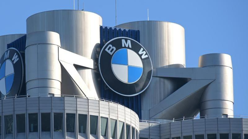 Das BMW-Logo prangt auf dem Firmensitz des Automobilherstellers. Foto: Tobias Hase/dpa/Symbolbild
