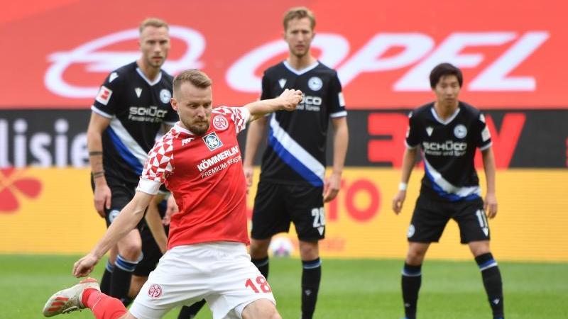 Mainz' Abwehrspieler Daniel Brosinski schießt einen Elfmeter. Foto: Torsten Silz/dpa/Archivbild