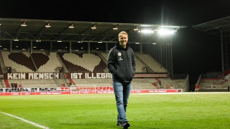 St. Paulis Trainer Timo Schultz geht nach einem Spiel über den Platz. Foto: Christian Charisius/dpa/Archivbild