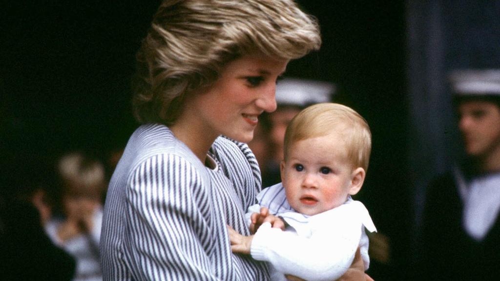 Prinz Harry auf dem Arm seiner 1997 tödlich verunglückten Mutter, Prinzessin Diana.