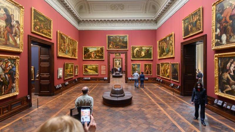 Besucher betrachten in der Gemäldegalerie Alte Meister Bilder. Foto: Robert Michael/dpa-Zentralbild/dpa/Archivbild
