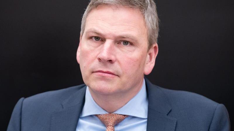 Peter Strobel (CDU), Landesfinanzminister des Saarlandes. Foto: Oliver Dietze/dpa/Archivbild