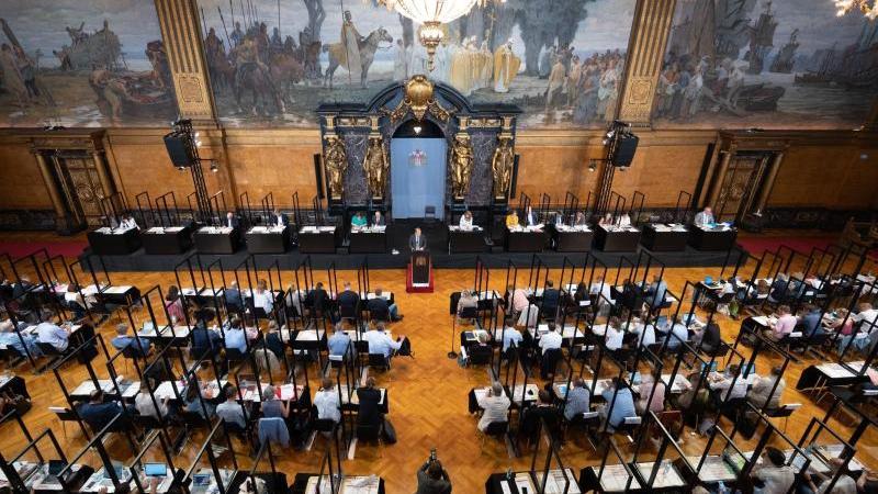 Unter besonderen Infektionsschutzmaßnahmen kommen die Abgeordneten der Hamburgischen Bürgerschaft im Rathaus zusammen. Foto: Daniel Reinhardt/dpa/Archivbild