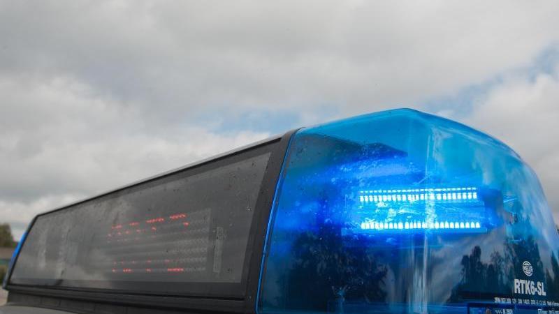 Ein Blaulicht leuchtet auf einem Polizeifahrzeug. Foto: Armin Weigel/dpa/Symbolbild