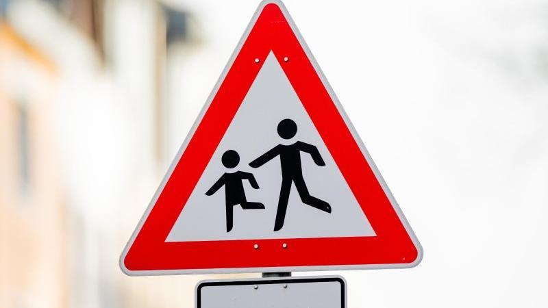 """Ein Verkehrsschild """"Achtung, Kinder!"""" mit dem Hinweis """"Kindergarten"""" steht vor einer Kindertagesstätte (Kita). Foto: Rolf Vennenbernd/dpa/Archivbild"""