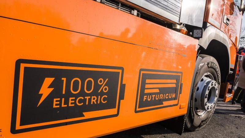 """Ein vollelektrisches Müllfahrzeug vom Typ """"Futuricum"""" steht bei einer Pressevorführung in der Nähe des Müllheizkraftwerks. Foto: Frank Rumpenhorst/dpa/archivbild"""