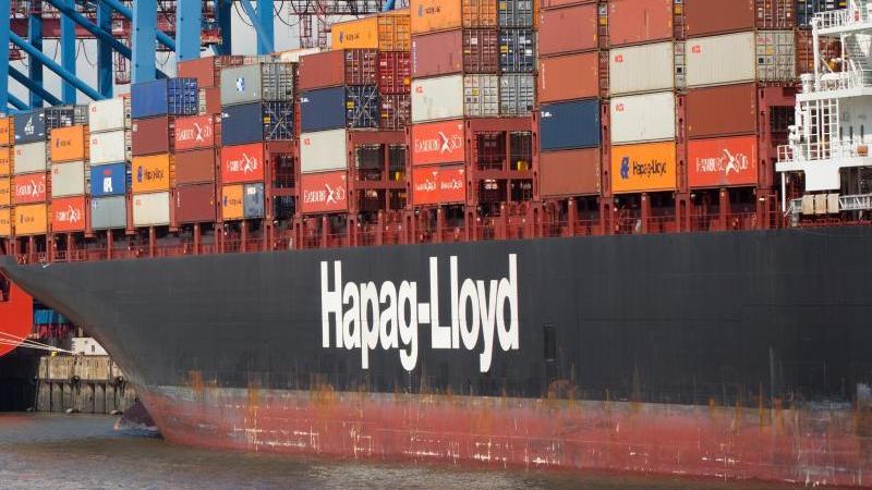 Ein Containerschiff mit dem Firmenlogo von Hapag-Lloyd. Foto: Christian Charisius/dpa/Archivbild