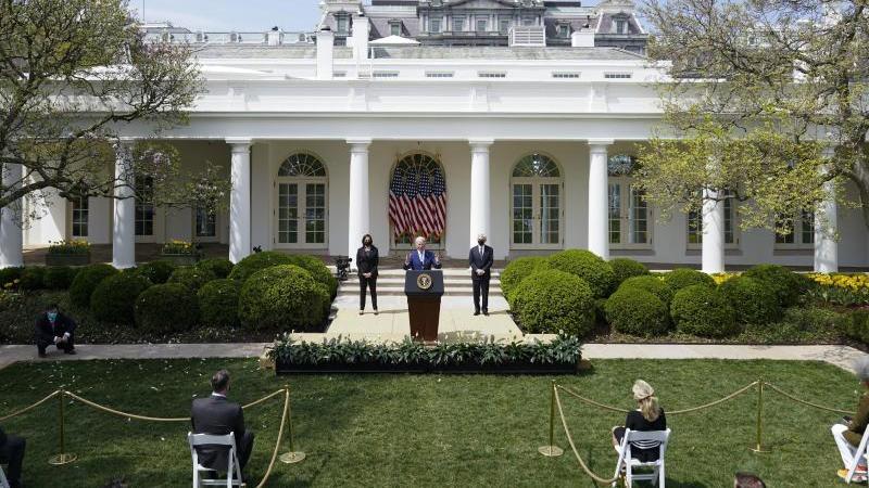 US-Präsident Joe Biden (M) spricht im Rosengarten des Weißen Hauses. Foto: Andrew Harnik/AP/dpa