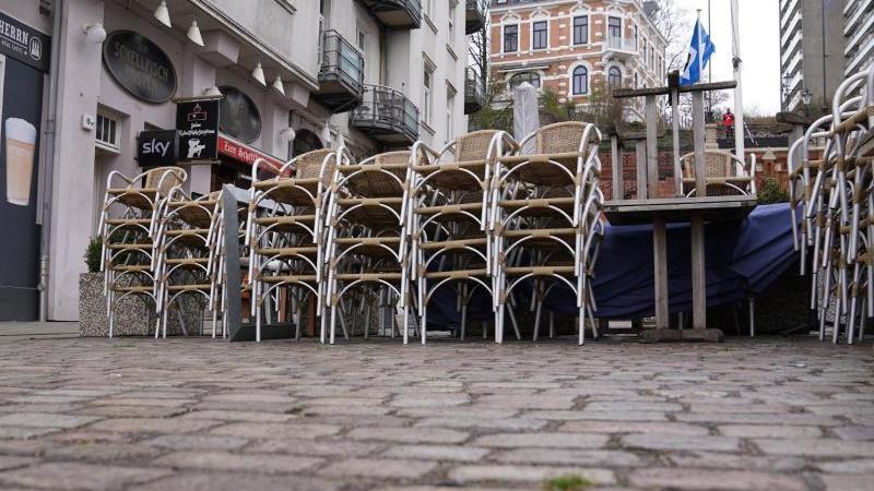 """Stühle sind im Außenbereich der Gaststätte """"Ratsherrn-Eck"""" aufeinander gestapelt. Foto: Marcus Brandt/dpa/Archivbild"""
