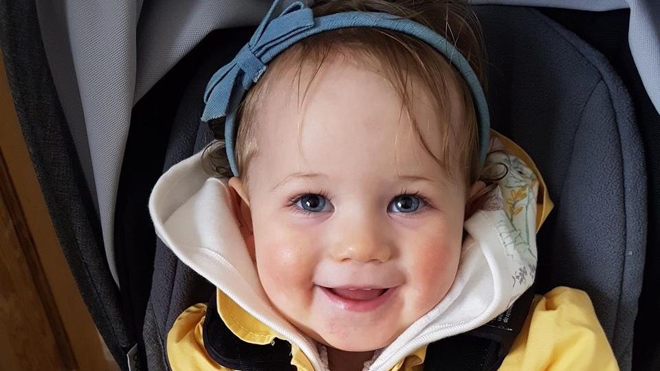 Baby Ayla im Kindersitz