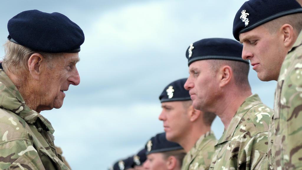 Prinz Philip, Herzog von Edinburgh (l), kommt am Dienstag (24.04.2012) in die Barker Kaserne in Paderborn und verleiht Orden an britische Soldaten. 287 Soldaten des 3 Close Support Battalion REME (Royal Electrical and Mechanical Engineers) sind für i