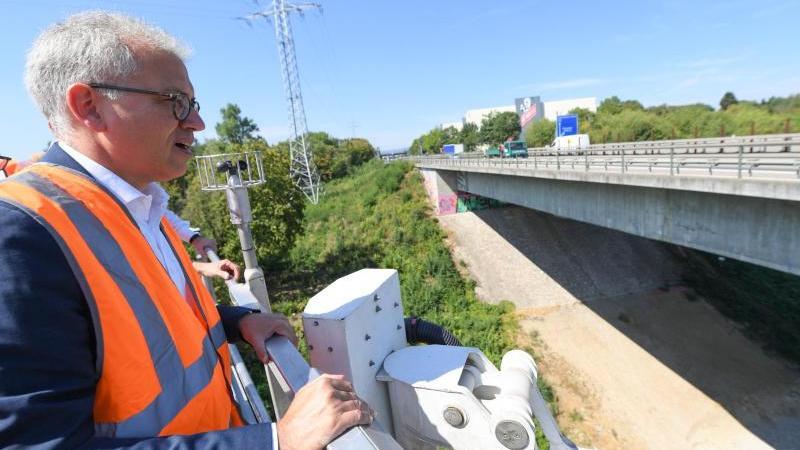 Hessens Verkehrsminister Tarek Al-Wazir (Grüne) besichtigt die Wiesbadener Salzbachtalbrücke.