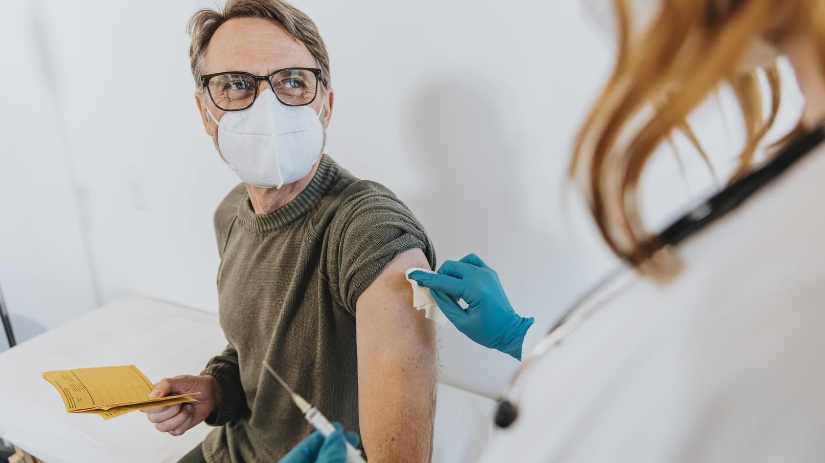 Corona-Impfungen sind in Deutschland nun auch beim Hausarzt möglich - dadurch scheint sich das Tempo erheblich zu beschleunigen.