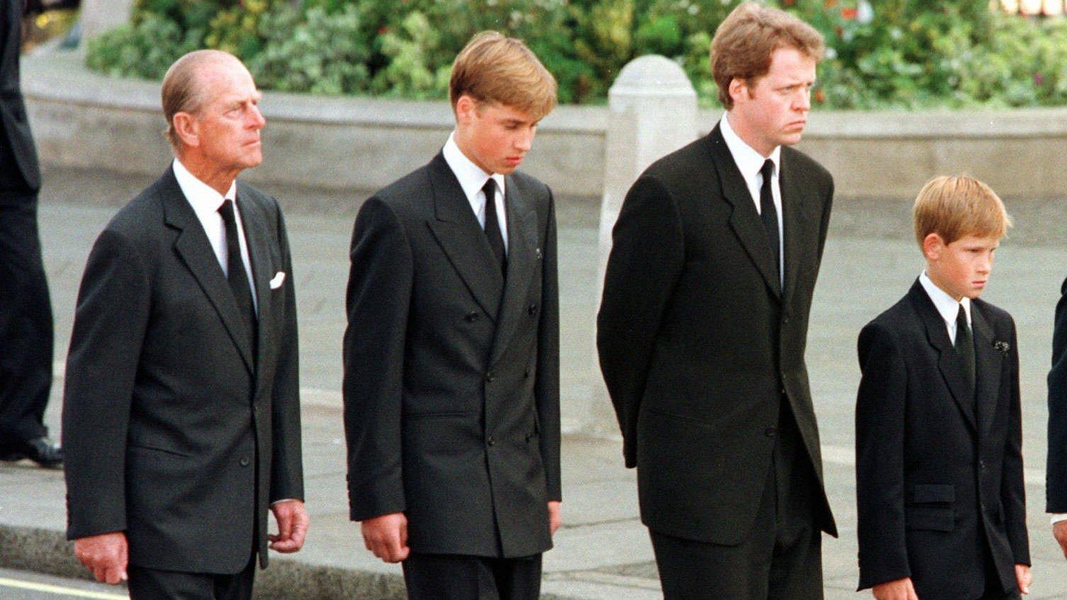 Zur Beerdigung ihrer Mutter gingen die Prinzen ebenfalls hinter dem Sarg, Prinz Philip an ihrer Seite.