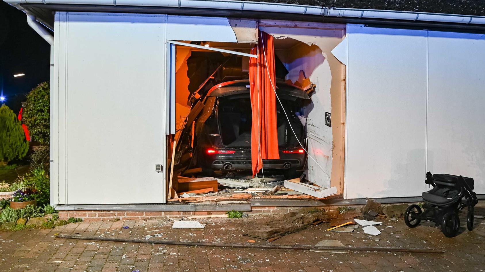 Der Wagen blieb im Gästezimmer des Bungalows stehen.