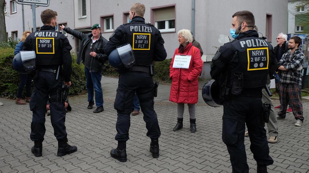 11.04.2021, Frankfurt am Main, DEU Teilnehmer der Demonstration der Initiative Querdenken stellt sich gegen Polizeibeamte, um gegen die angebliche Unterdrueckung der Meinungsfreiheit vor dem Hessischen Rundfunk zu demonstrieren *** 11 04 2021, Frank