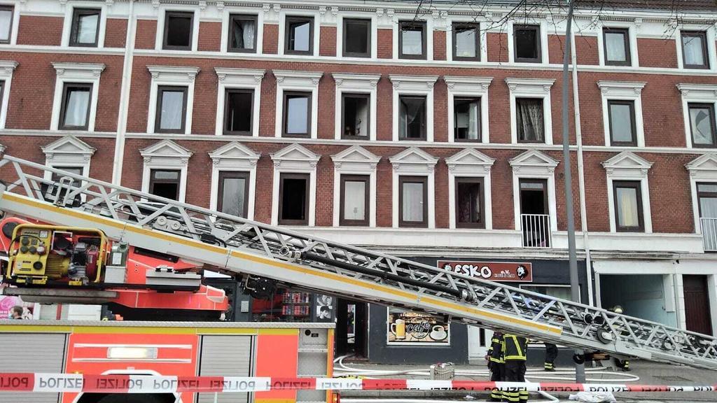 Hamburg der 11.04.2021, Im Schiffbeker Weg brennt aktuell eine Wohnung im ersten Stock eines Mehrfamilienhauses. Diees Feuer ist ins dritte OG übergesprungen. Drei Personen sind aus dem Fenster gesprungen, acht weitere Personen über die Drehleier ger