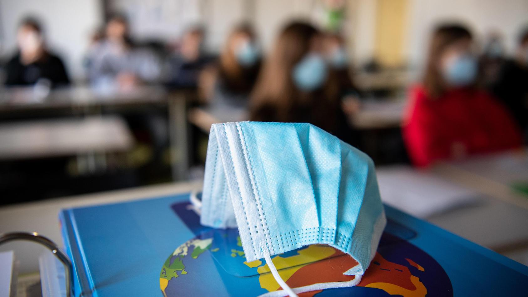 Lehrer infiziert mehrere Schüler und Kollegen mit dem Coronavirus. (Symbolbild)