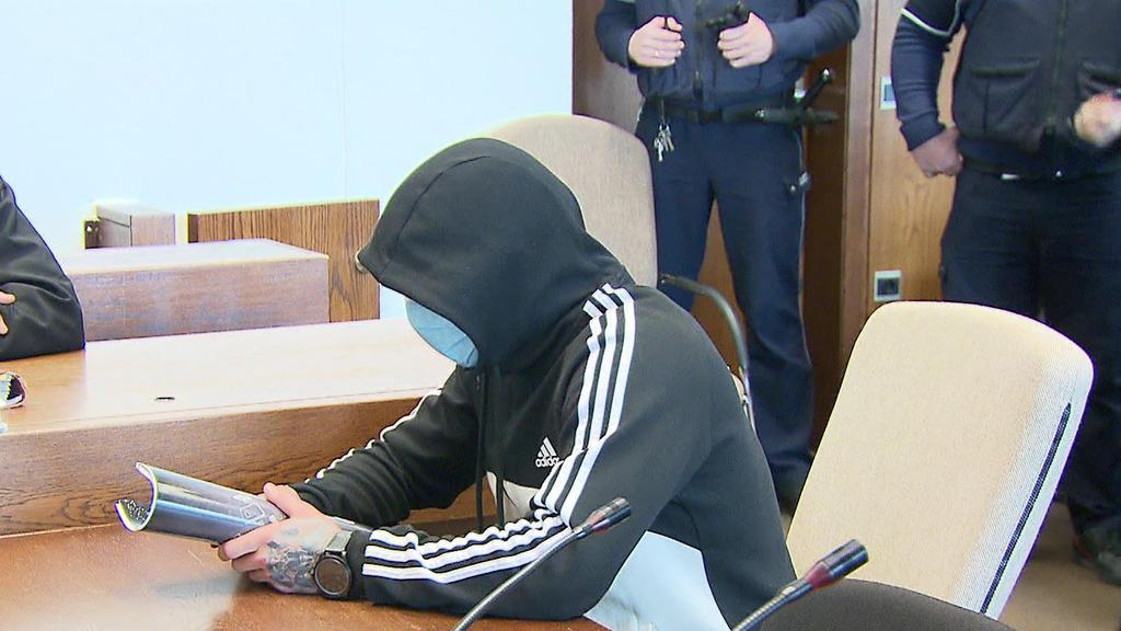 Der Angeklagte verbarg sein Gesicht hinter einer Schutzmaske und unter einer Kapuze.