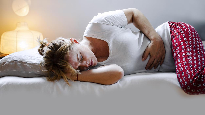 Magenkrämpfe, Blähungen und Bauchschmerzen können Symptome einer Endometriose sein.