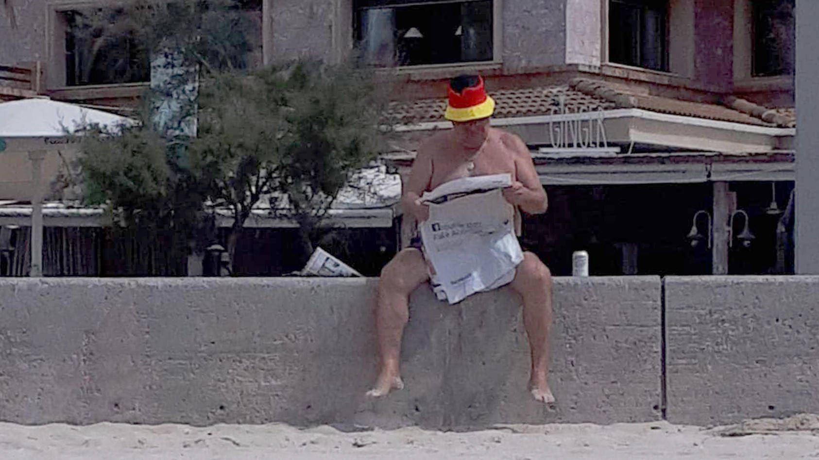 Abwarten und Zeitung lesen? Das gilt auch für die deutschen Urlauber in Quarantäne - zwar gut behütet, aber nicht am Strand (Motivbild)