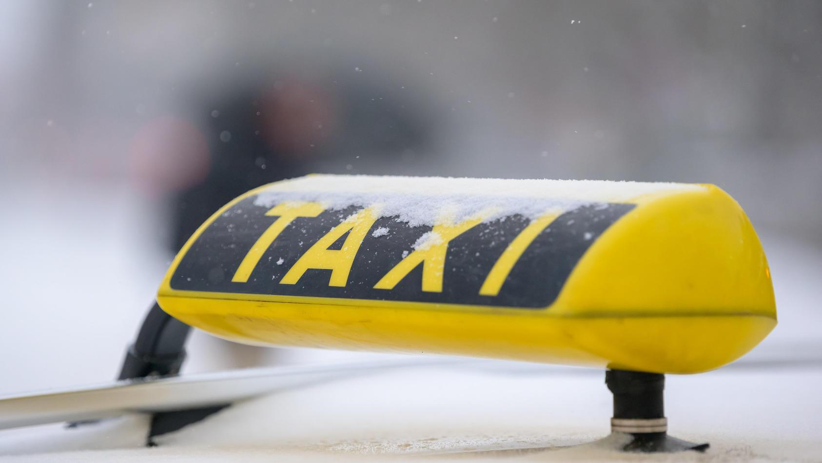 Ein Taxifahrer wartet auf einen Einsatz.