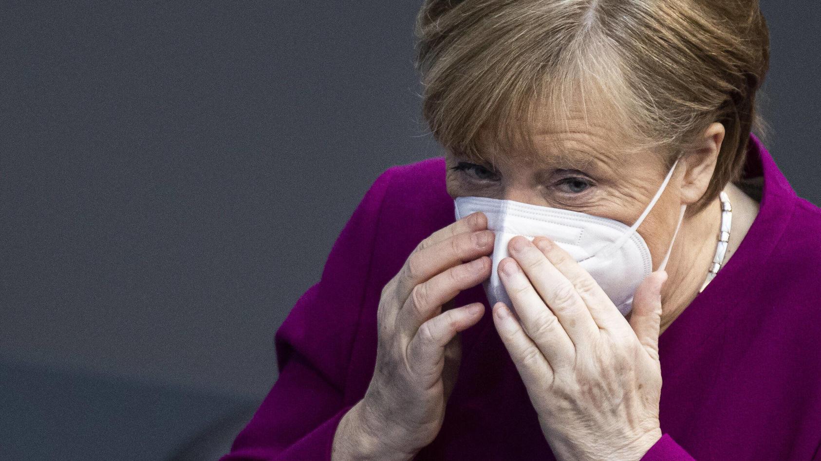 Angela Merkel diskutiert mit den Abgeordneten über Freiheiten für Geimpfte.