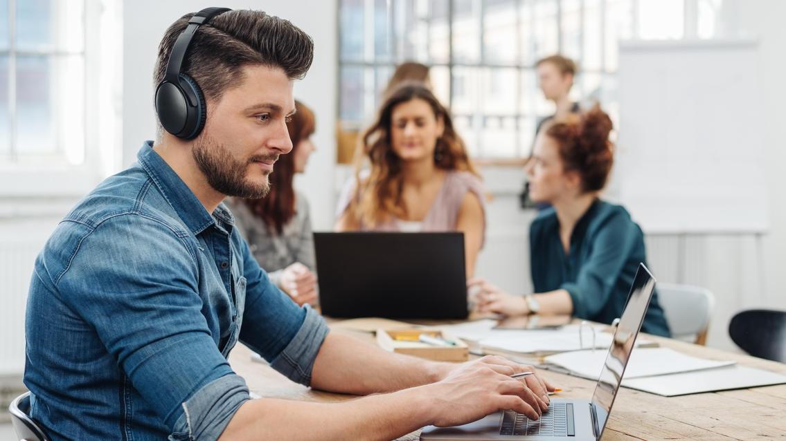Kopfhörer mit Noise-Cancelling blenden Umgebungsgeräusche aus - das ist nützlich für die Arbeit, fürs Reisen und für die Freizeit.