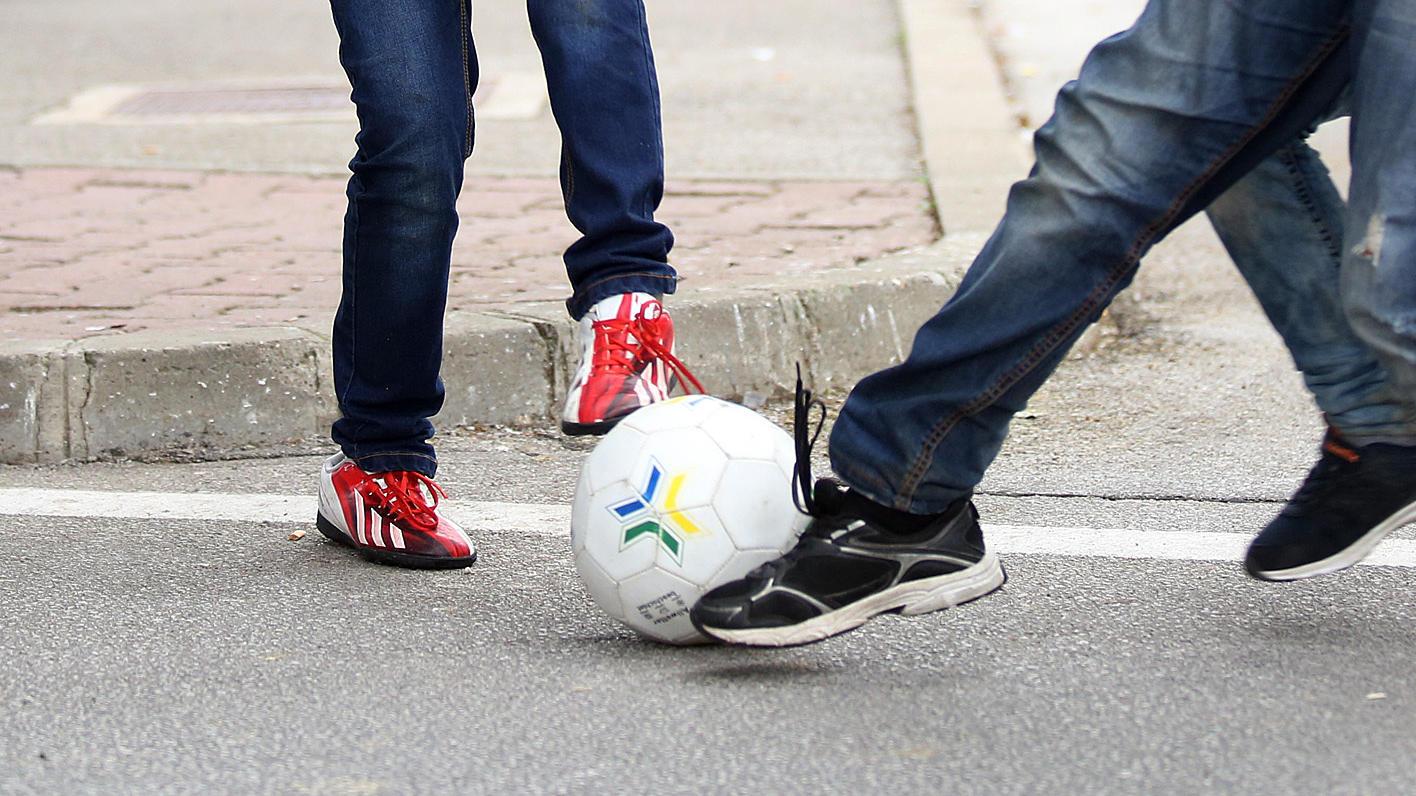 Der zehnjährige Yasir spielte mit seinen Klassenkameraden in der Pause Fußball auf dem Schulhof seiner Grundschule im englischen Birmingham.
