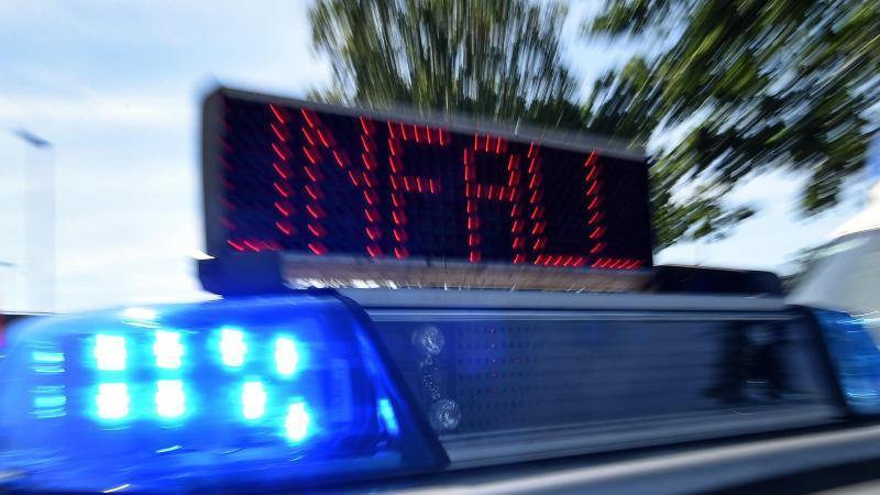 """Blaulicht und LED-Laufschrift """"Unfall"""" an einem Einsatzfahrzeug der Polizei. Foto: Holger Hollemann/dpa/Symbolbild"""