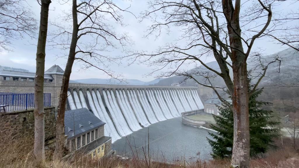 Wasser fließt aus dem Edersee
