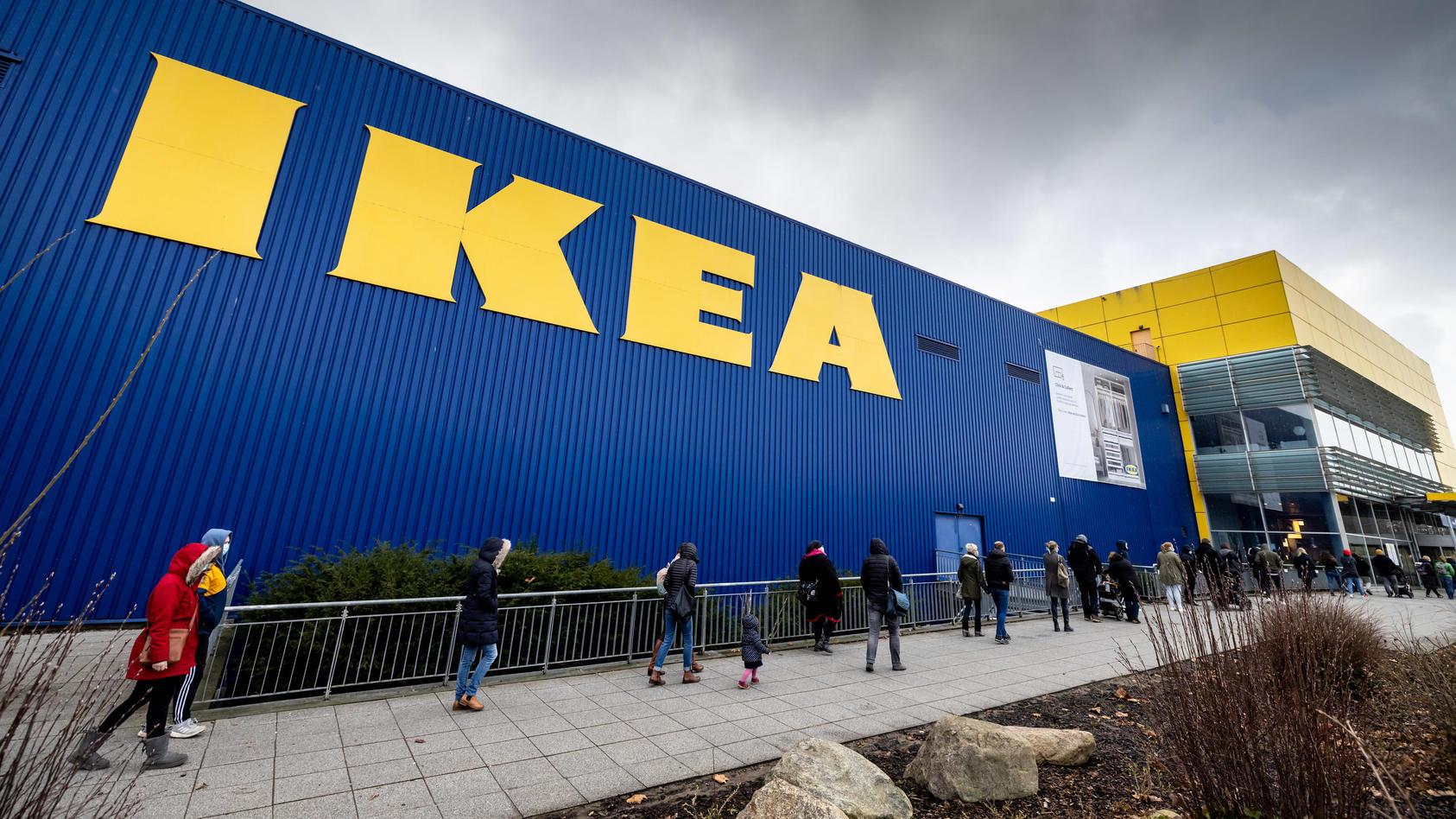 Warteschlange vor einem Ikea-Einrichtungshaus