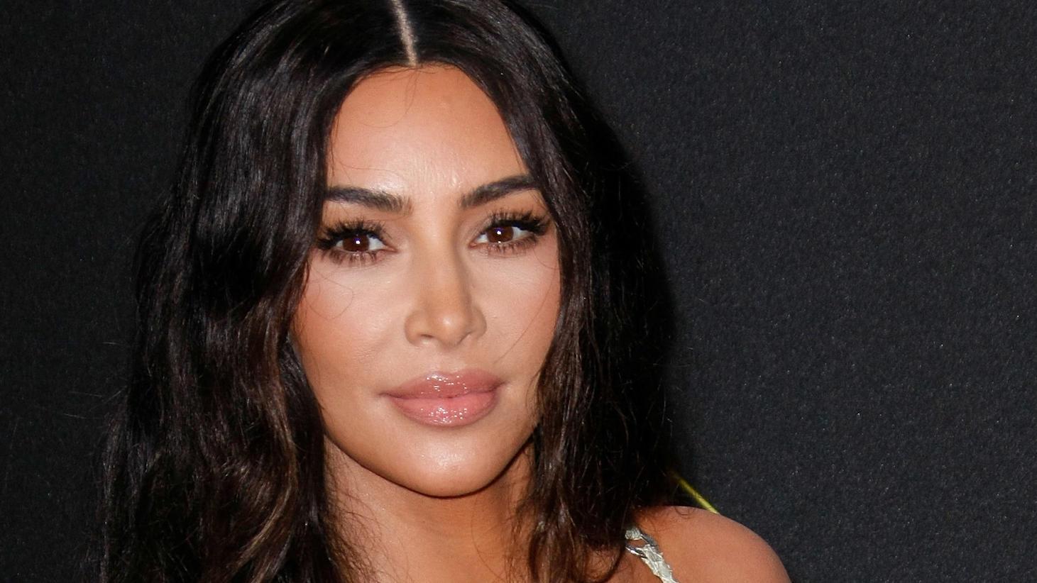 Reality-TV-Star Kim Kardashian sucht einen Gegner für ein spontanes Tennis-Match.