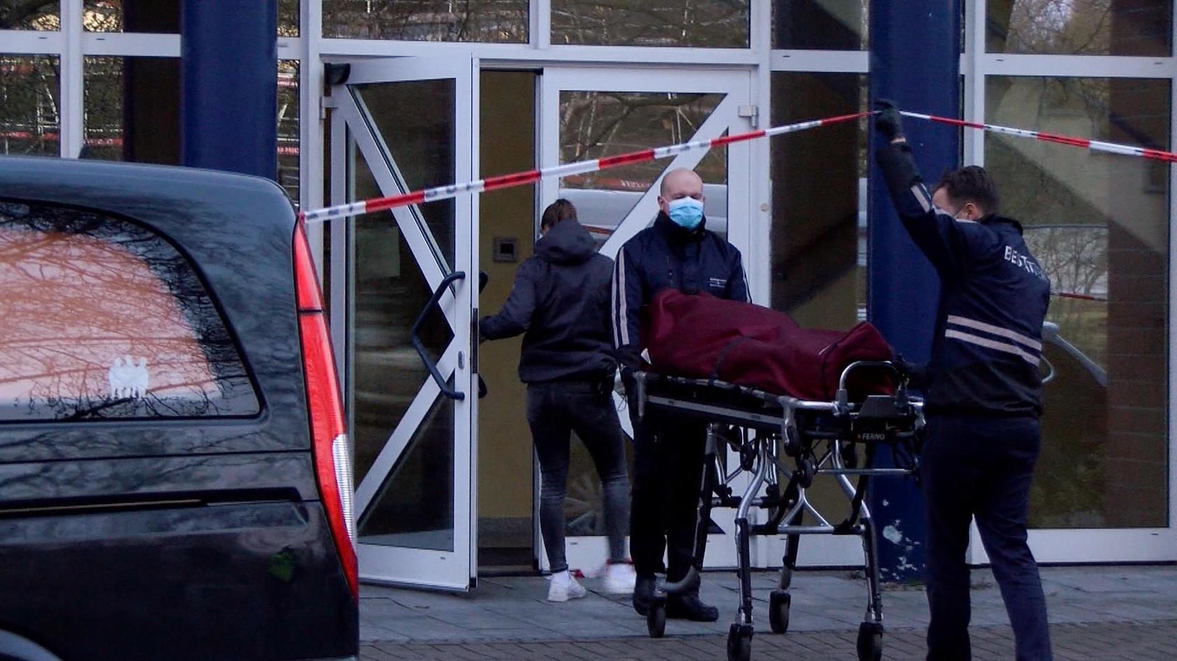 Ein 53-Jähriger starb, ein 32-Jähriger wurde schwer verletzt. Der Grund ein Stromschlag an einer Tür.