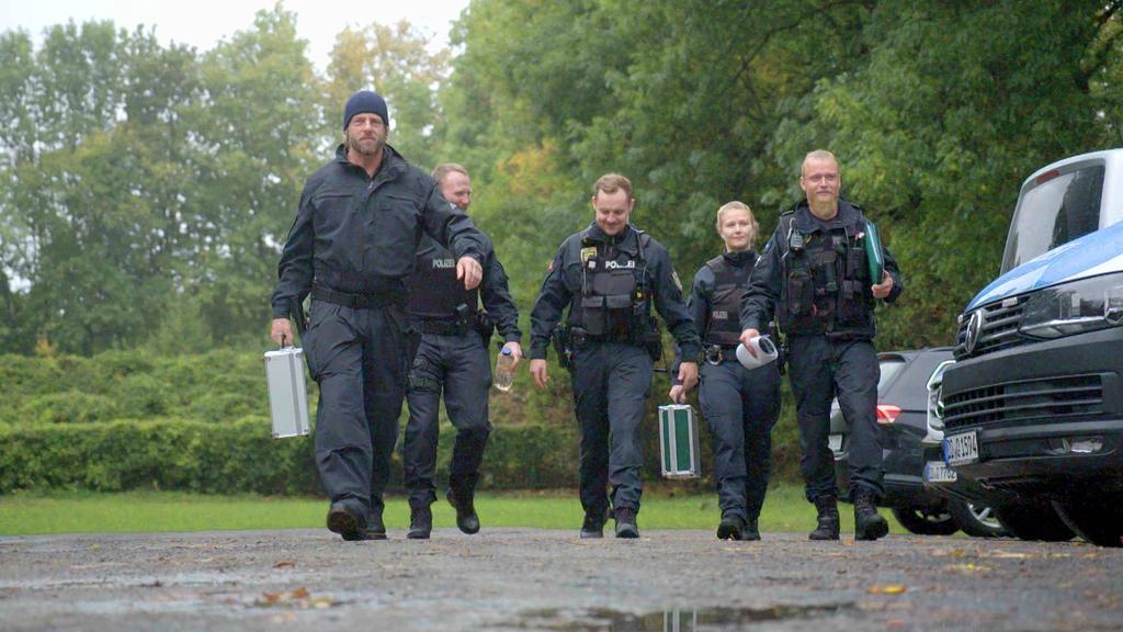 Henning Baum (l.), zurück von der SchießübungBereitschaftspolizei, Leipzig+++ Die Verwendung des sendungsbezogenen Materials ist nur mit dem Hinweis und Verlinkung auf TVNOW gestattet. +++