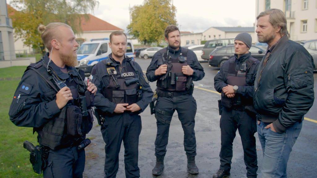 Streife fahren in Leipzig, Henning Baum (r.)Bereitschaftspolizei, Leipzig+++ Die Verwendung des sendungsbezogenen Materials ist nur mit dem Hinweis und Verlinkung auf TVNOW gestattet. +++