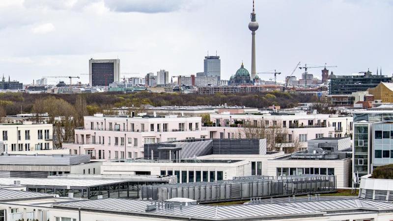Wohnungen vor dem Berliner Fernsehturm. Foto: Fabian Sommer/dpa/Aktuell