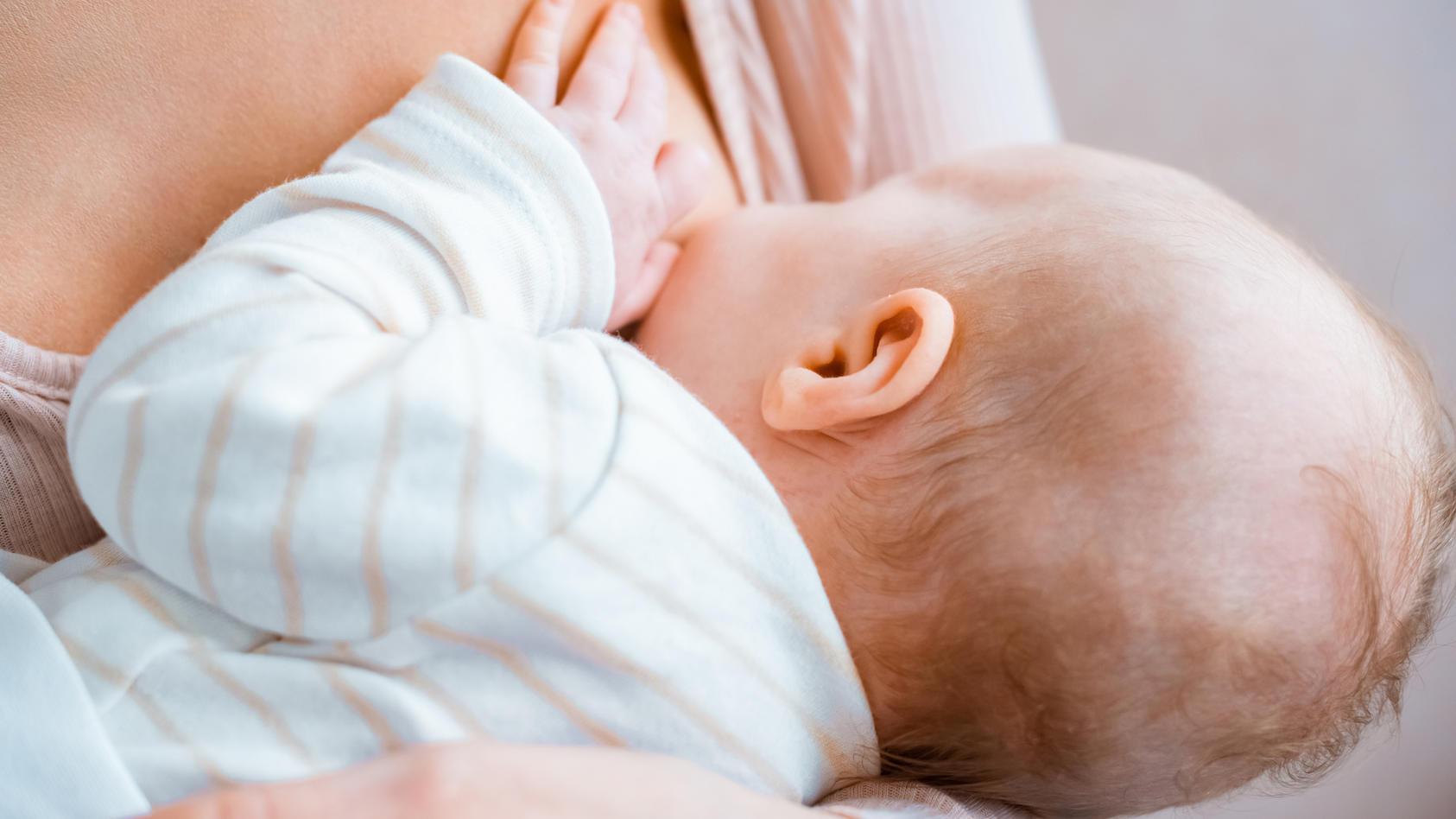 Wie viel Schutz geben gegen das Coronavirus geimpfte Mütter beim Stillen an ihre Säuglinge weiter?