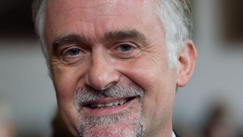 Der Osnabrücker Oberbürgermeister Wolfgang Griesert (CDU) schaut in die Kamera. Foto: picture alliance / dpa/Archivbild