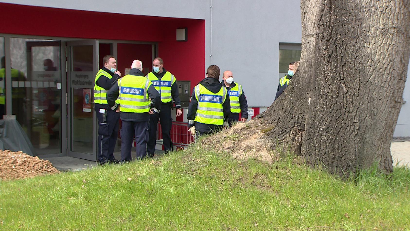Polizisten vor der Bonner Uniklinik - hier starb ein weiteres Mitglied des Goman-Clans, das mit dem Coronavirus infiziert war
