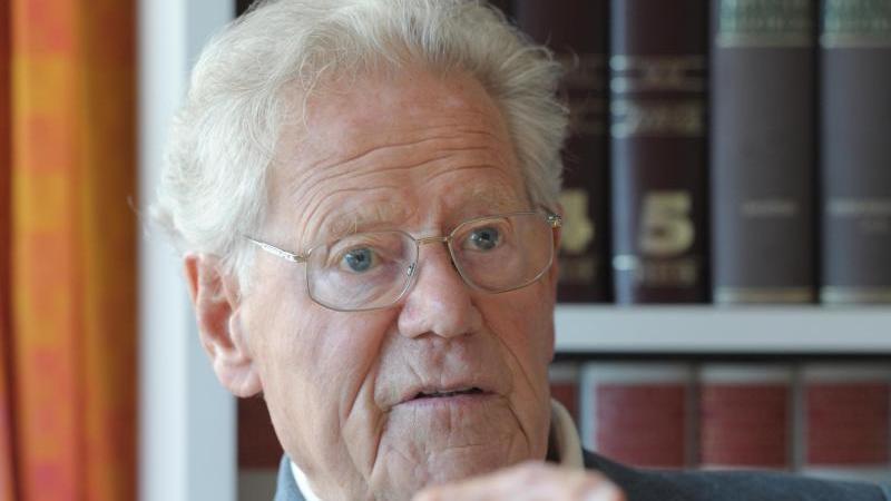 Der Theologe Hans Küng bei einem Interview. Foto: picture alliance / dpa