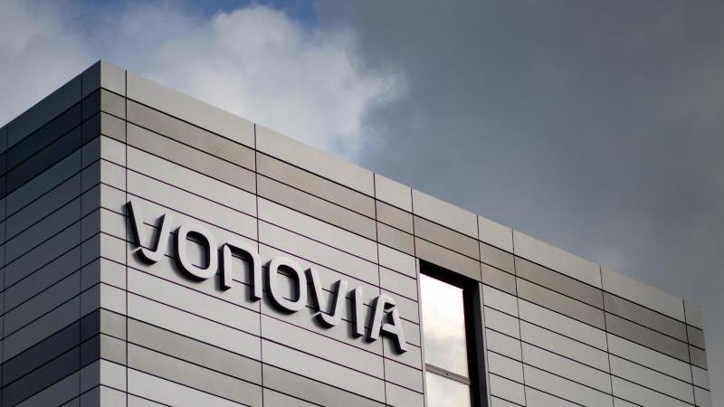 """Der Schriftzug des Wohnungsunternehmens """"Vonovia"""" hängt an der Firmenzentrale. Foto: Marcel Kusch/dpa/Archivbild"""