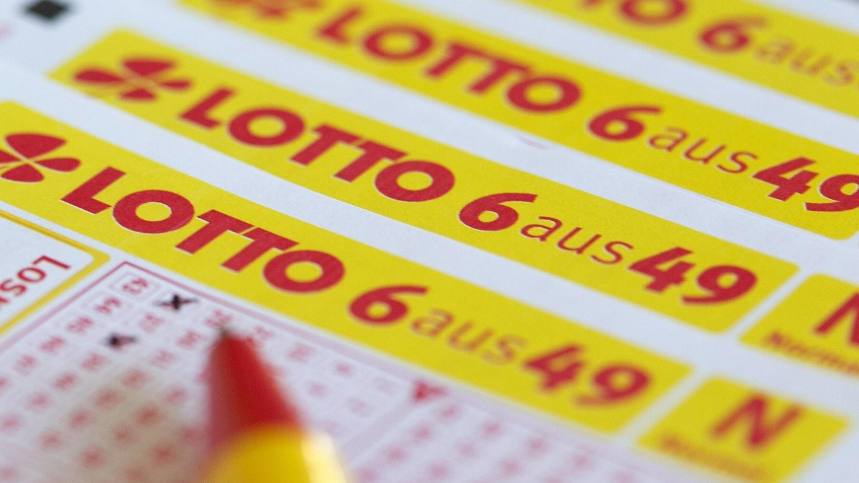 80-jähriger Lottospieler tippt versehentlich andere Zahlen ein und gewinnt 100.000 Pfund.