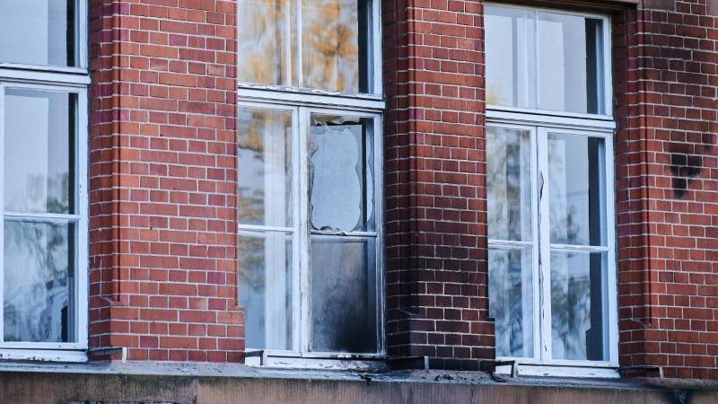 Beschädigt sind die Fassade und Fenster am RKI Berlin. Foto: Annette Riedl/dpa/Archivbild