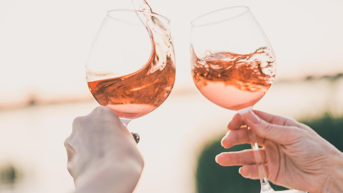 Wir verraten 5 Gründe, warum der Roséwein ein tolles Getränk ist.