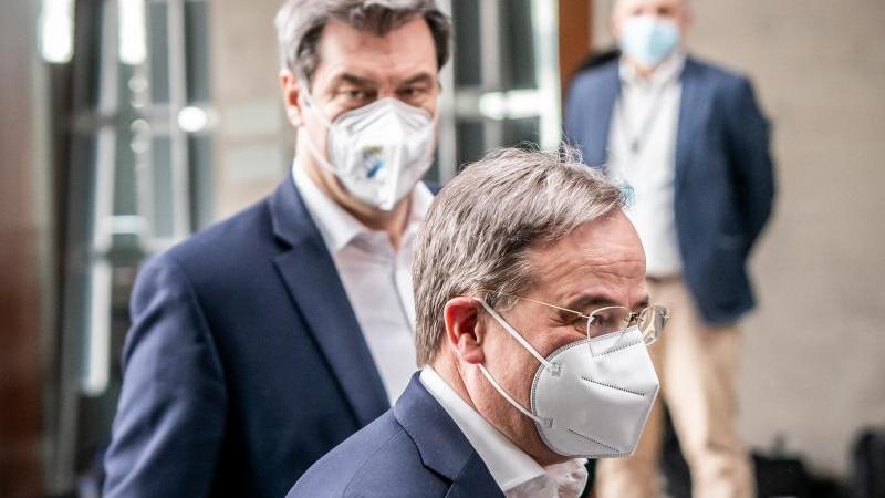 Markus Söder (hinten), Ministerpräsident von Bayern und CSU-Vorsitzender, und Armin Laschet, CDU-Bundesvorsitzender und Ministerpräsident von Nordrhein-Westfalen. Foto: Michael Kappeler/dpa